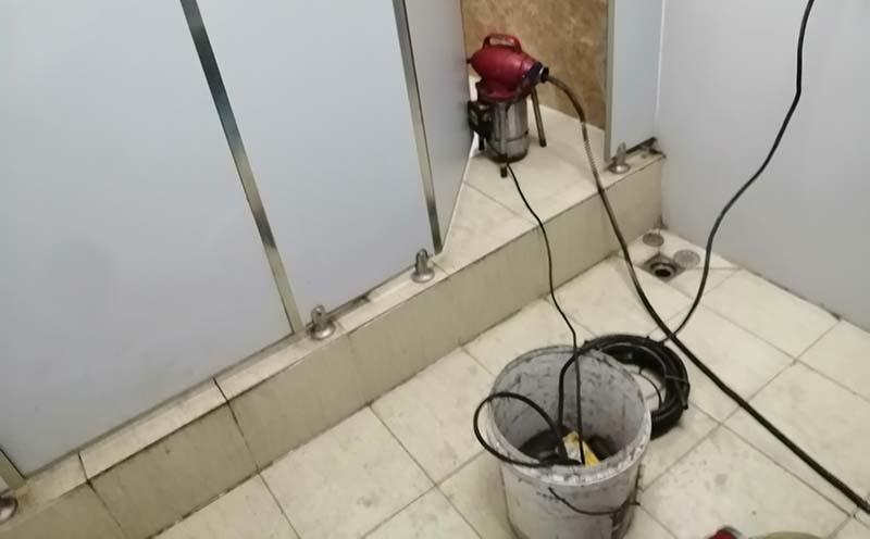 疏通公共卫生间厕所